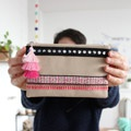 Idée créative : customiser une pochette avec des galons et un pompon triple