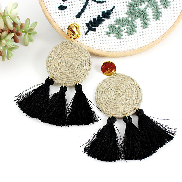 vente de sortie prix raisonnable grande collection Boucles d'oreilles disques en fil de lin et pompons noirs ...