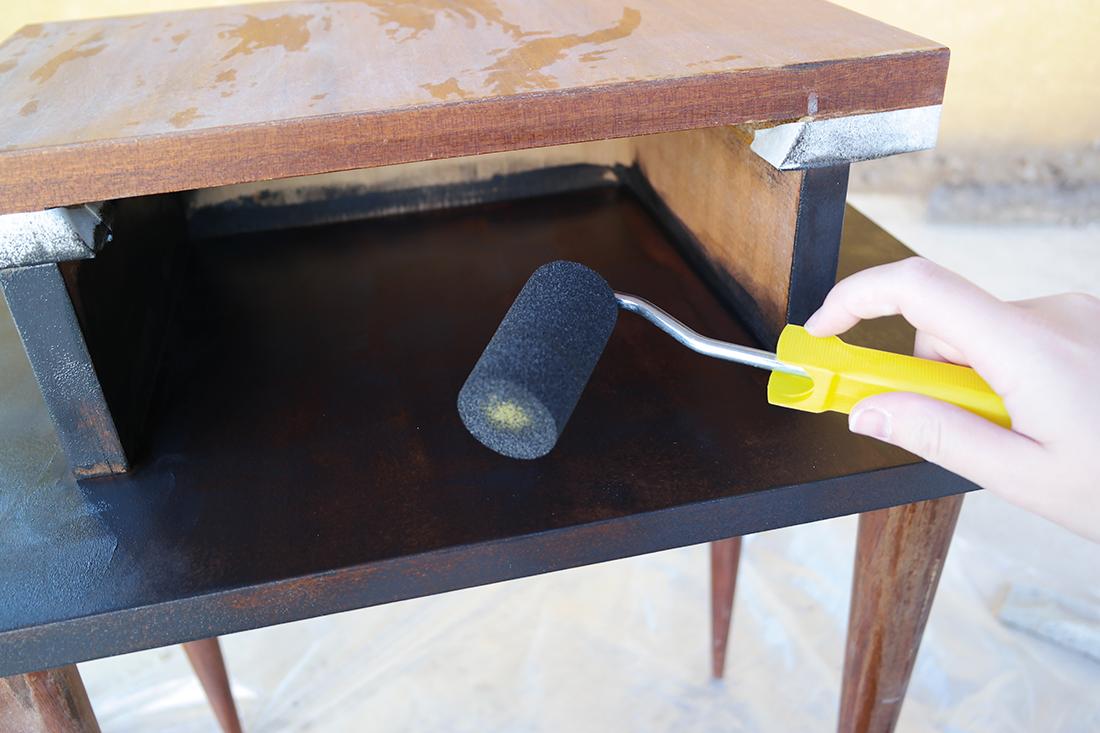 peindre sa table de chevet scandinave avec la peinture. Black Bedroom Furniture Sets. Home Design Ideas