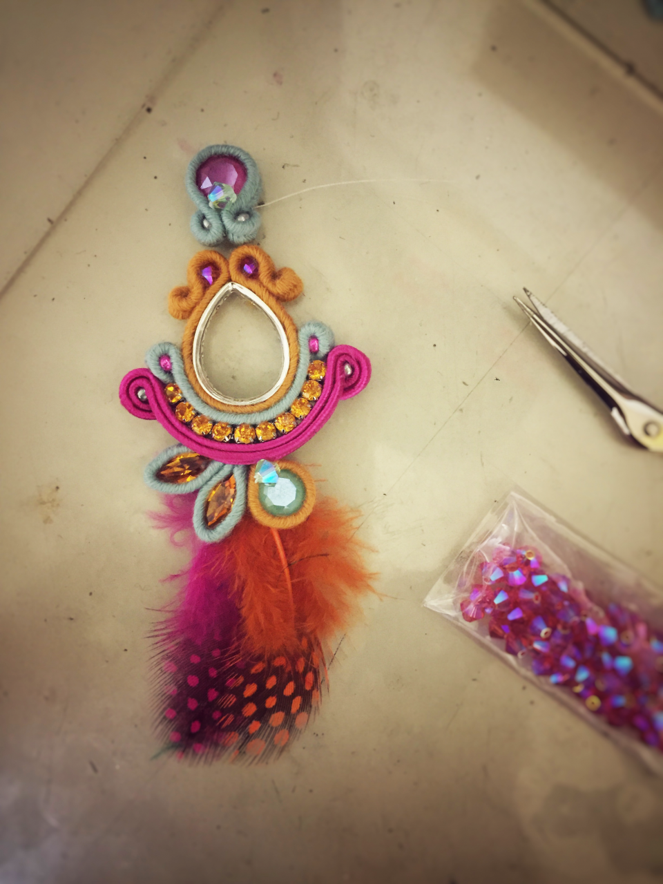 Boucles d 39 oreilles en soutache avec des plumes et des cristaux swa perles co - Tuto boucle d oreille perle ...