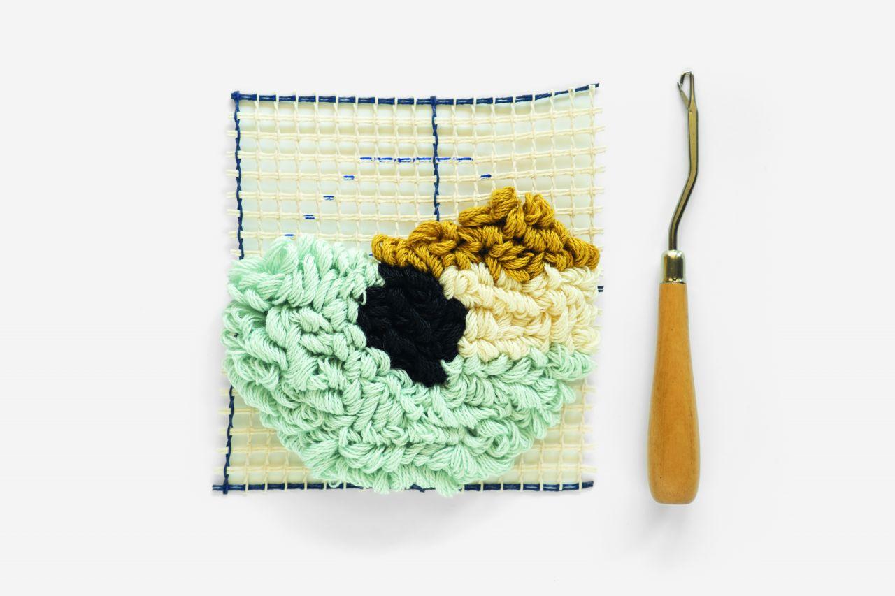 Comment r aliser une sous tasse diy au point nou ou latch hooking perles co - Toile a canevas pour tapis ...