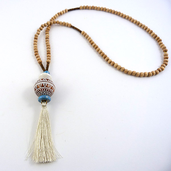 sautoir ethnique avec perles en bois et pompon perles co. Black Bedroom Furniture Sets. Home Design Ideas
