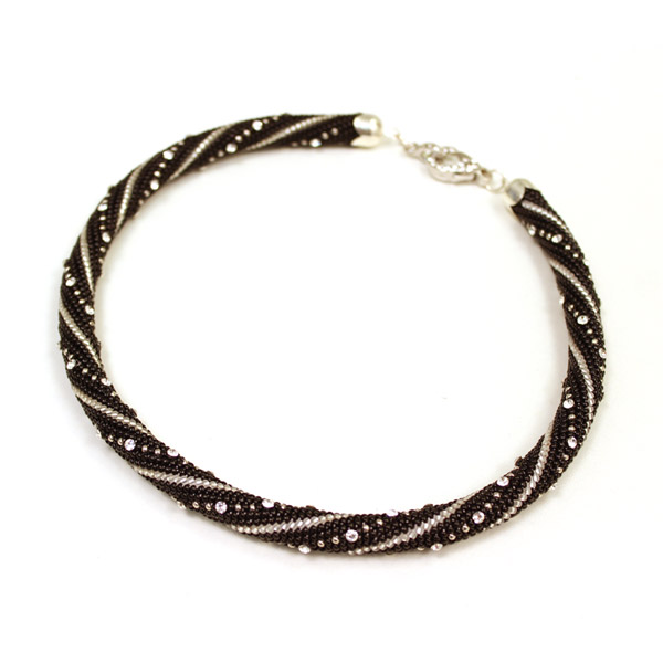 cr er un collier en spirale au crochet en maille serr e avec du cr perles co. Black Bedroom Furniture Sets. Home Design Ideas