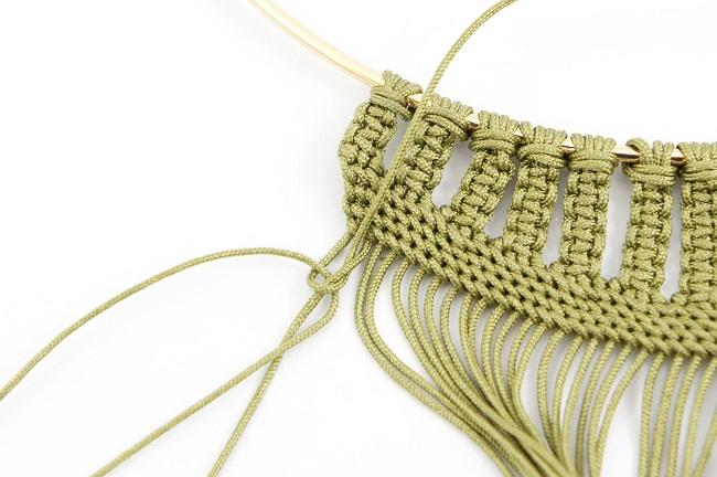 collier en tissage macram kaki avec fil nylon tress et cabochon perles co. Black Bedroom Furniture Sets. Home Design Ideas