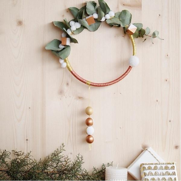 couronne de no l boh me or et cuivre avec branche eucalyptus et po perles co. Black Bedroom Furniture Sets. Home Design Ideas