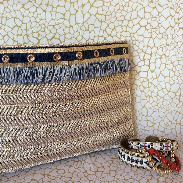 pochette en plastique canevas dor et galon perles co. Black Bedroom Furniture Sets. Home Design Ideas