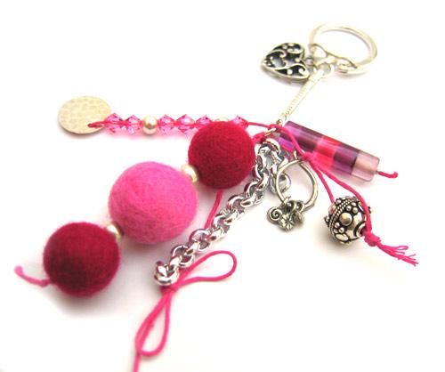 porteclefs pivoine perles en laine feutr e et toupies swarovski perles co. Black Bedroom Furniture Sets. Home Design Ideas